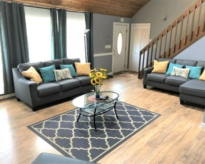 7 BDRM *SPACIOUS 3 FLR HOME* SECLUDED. w/ HOT TUB, & RECLINING THEATRE SEATS! - Pocono Pines