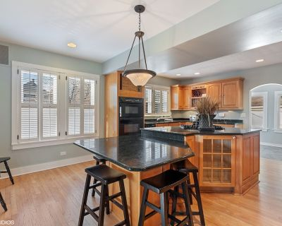 Professionally Sanitized - Downtown Naperville 4.5 Bedroom Farmhouse - Naperville