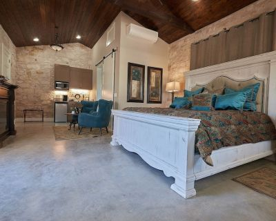 In Town Villas- Suites 3 & 4  Hot Tub and Fireplace - Fredericksburg