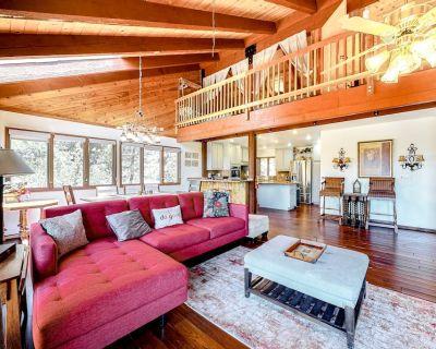 3-Story Home + Loft w/Deck, Gas Grill, Free WiFi, Wood Fireplace, Washer/Dryer - Upper Moonridge