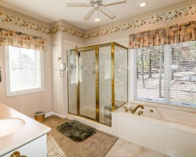 20 Dominar Way - HDTV, WIFI. A lovely, luxury vacation rental home on Balboa Golf Course 7th Green in Hot Springs Village Golf and Lake Resort - Hot Springs Village