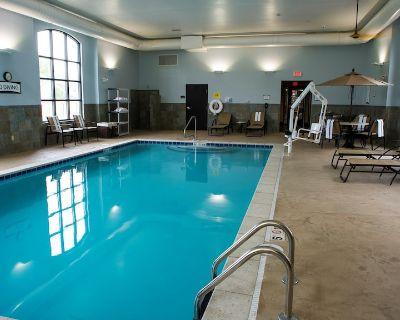 King Suite Near the University of Kentucky. Free Breakfast. Indoor Pool. - Lexington