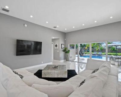 Luxury 4/3 Entire House | Pool & Hot Tub | Lg Yard - Lake Clarke Shores