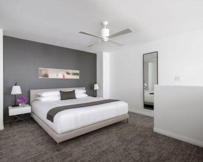 AKA Residences Spacious Duplex Townhouse w/ Private Entrance, Kitchen, & WiFi - Beverly Hills