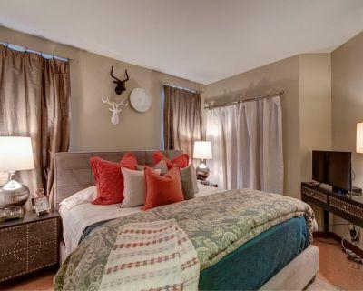 Fabulous 2 Bedroom Suite in the City! King Beds/Secured Parking & Indoor Pool! - Belltown