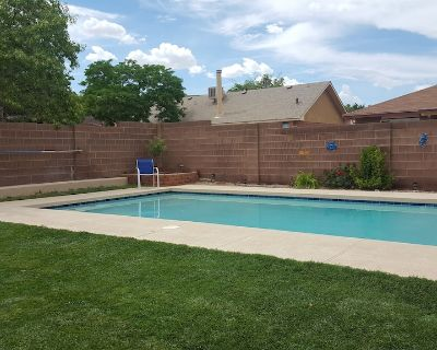 Free breakfast* 3BR2BTH, in Petroglyph park, by mall, restaurants, attractions - Taylor Ranch