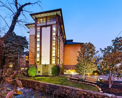Welcoming downtown condo w/ jetted tub & shared pool/hot tub/gym! - Gatlinburg