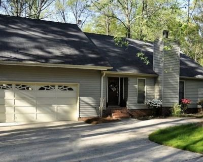 Executive home minutes to downtown Greenville, GHS, Swamp Rabbit Trail Sleeps 10 - Greenville