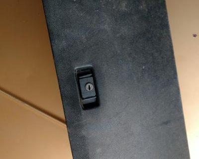 Glove box with lock latch Vanagon