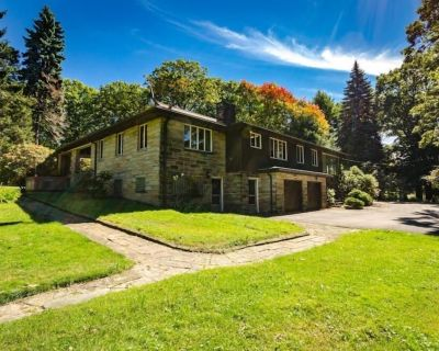 OVR's Spoonwood Cottage-Frank Lloyd Wright inspired! Sleeps 12! Hot Tub! - North Union Township