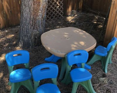 Child outdoor table and 4 chairs