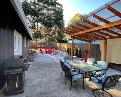 NEW Listing! Large outdoor patio. 1 block to wineries and town. Modern ranch. - Dundee