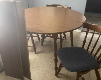 Table with 2 leaves & 6 Chairs!