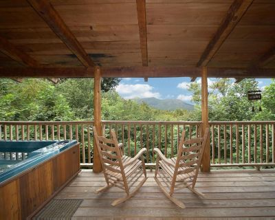 Pet-friendly cabin, 2 miles from parkway with hot tub and lovely views - Pigeon Forge