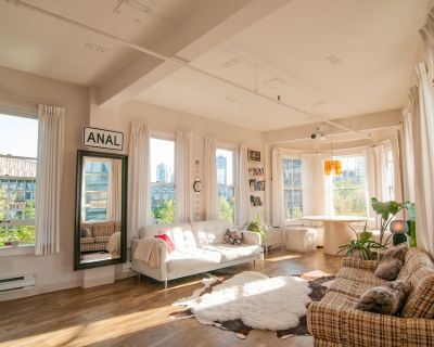 Artsy Penthouse Suite in Iconic Heritage Bldg - Gastown