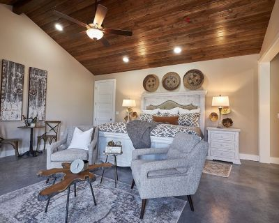 In Town Villas-Suite 5  Private Hot Tub and Great Patio - Fredericksburg