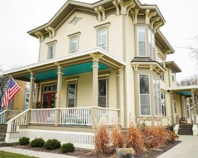 Stunning Home near Downtown Fargo Moorhead - Moorhead