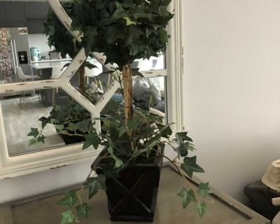 Fake ivy plant/tree in wood pot