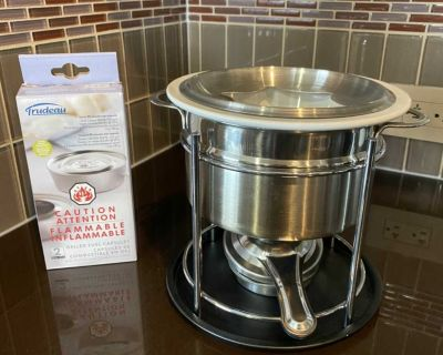 Fondue set with sticks and refill food warmer