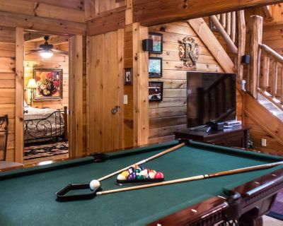 Secluded cabin with fireplace, pool table, hot tub and fire-pit - Pigeon Forge