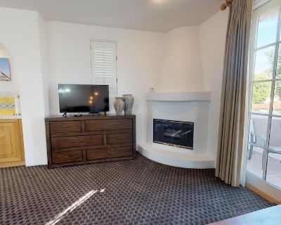 An Upstairs Studio Spa Villa With a King Bed and Western Mountain Views! - La Quinta