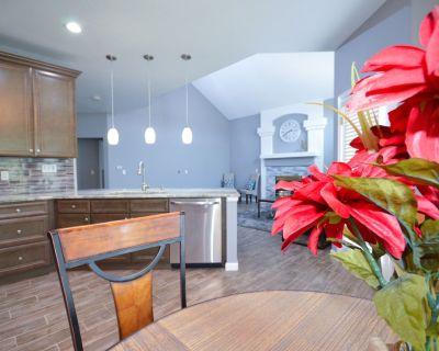 NEW REMODEL! 7bedrooms/5baths/King Beds/Near Shops, Dining, & Hiking trail! - Northglenn