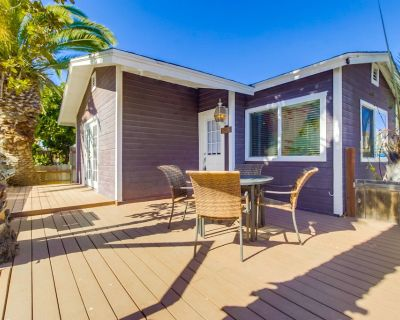 Cute 2 Bedroom Cottage with Large Patio Just Steps Away from the Ocean - Central Mission Beach