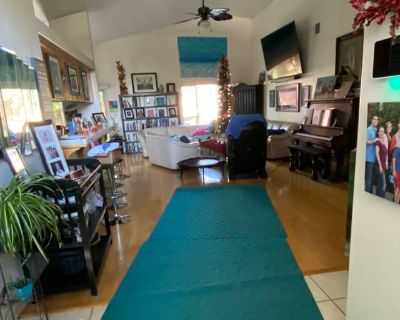 Private room with shared bathroom - Bakersfield , CA 93308