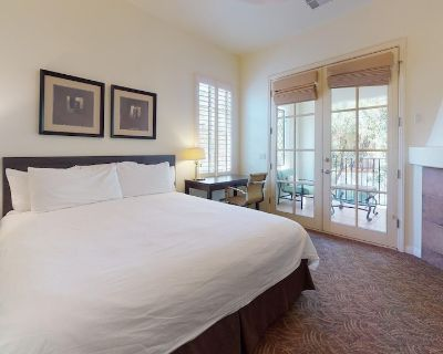 An Upstairs Legacy Studio with a King Bed steps from the Pool and Hot Tub! - La Quinta