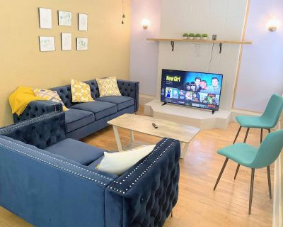 """Top Host + $0 Cleaning Fee + King + Porch + 55""""HDTV + Pets - Wichita"""