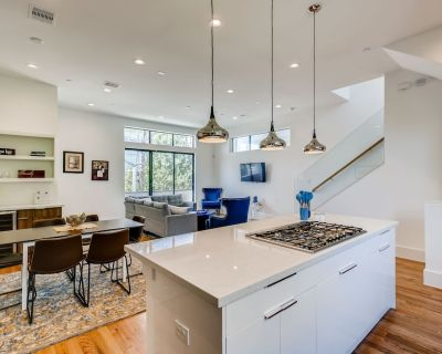 Modern 4 Story Midtown townhome - Near DT/Medical District & Sleeps 10+ - Montrose
