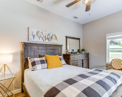 Contemporary suite w/ shared deck and yard - close to downtown Helen! - Helen