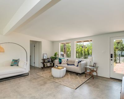 Gorgeous Bright Updated Mid Century Home- Mountain Views! Beautiful Pool! - Palm Springs