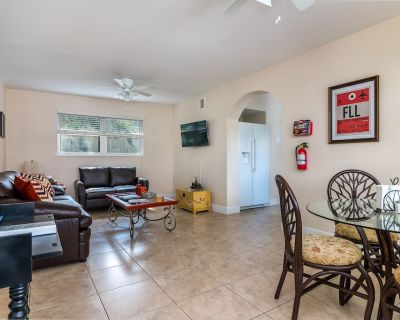 Las Olas 2 Bedroom Apartment Suite 2: Walking to Beach, Dining and Nightlife! - Colee Hammock