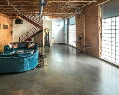 Vintage Loft, Exposed brick & Glassblock, Roof w/ Downtown View, Dallas, TX
