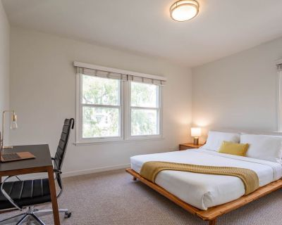 Cozy Quiet 2 BR w HIGH SPEED WIFI & Huge Couch! - Westchester