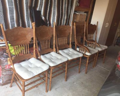 Oak table with 24 leaf, 5 chairs, very nice coffee table.