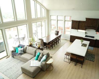 Gorgeous New Mountain Villa! Sleeps 28! Private, Beautiful, Spacious - Bear Hollow Village