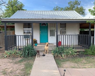 """Tiny but Charming Cottage/ Cabin (""""Cabbage"""") Near Carlsbad City Center & Caverns - Carlsbad"""