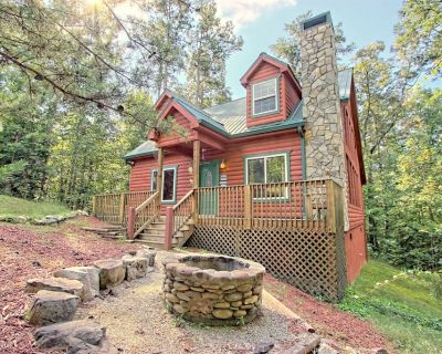 Dog-friendly, two story cabin in woods w/ screened-in deck, hot tub, pool table - Sautee Nacoochee