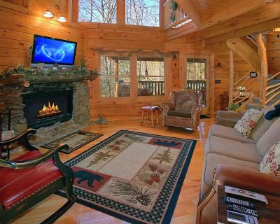 Peaceful cabin with hot tub, pool table, WIFI, and fireplace - Pigeon Forge