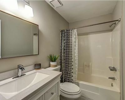 The WoodLake Loft- Cozy Newly Renovated 15 Mins from Airport! - Riverdale