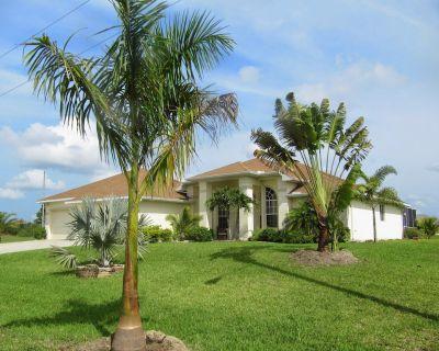 Beautiful Waterfront Villa Oasis, Heated Pool, 4 Bedrooms, Sleeps 8, Game Room - Jacarandas