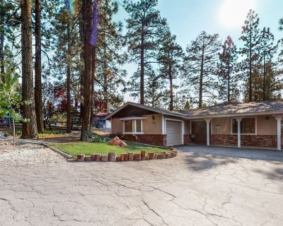 Fun-Filled Vacation Home Close to Lake w/Private Hot Tub, Pool Table, Free WiFi - Fox Farm