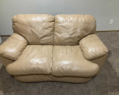 Good condition 3 piece real leather sofa set no rips