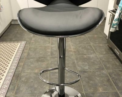 Barely used counter/ barstools faux leather