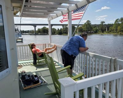 Wi-fi, water access, free ramp and fishing pier use and room to park your boat. - Carteret County