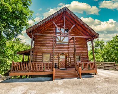 Bear Essentials Lodge: Hot Tub, Game Room, Steam Showers, and Community Pool! - Sevierville