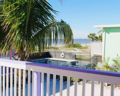 Spacious studio room with one king bed in the heart of Fort Myers Beach - Fort Myers Beach