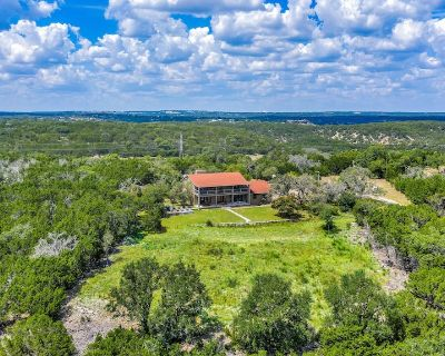 Hilltop Home, Huge Deck with Views, Just 3 Miles to town! - Fredericksburg